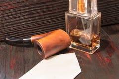 Perfume del ` s de los hombres en la tabla de caoba fotos de archivo