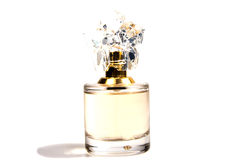 Perfume do ` s das mulheres na garrafa bonita isolada Fotografia de Stock