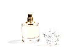 Perfume do ` s das mulheres na garrafa bonita isolada Fotos de Stock