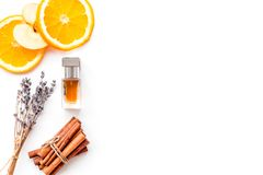 Perfume dulce con fragancia de la fruta Botella de perfume cerca de la manzana, naranja, lavanda, canela en el fondo blanco a imagen de archivo