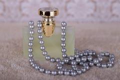 Perfume e pérolas Imagens de Stock