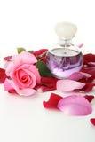 Perfume e pétalas de rosas Foto de Stock Royalty Free