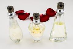 Perfume e rosas Imagens de Stock