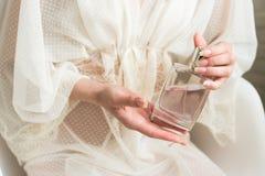 Perfume em uma mão do ` s da mulher imagens de stock royalty free