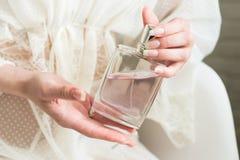 Perfume em uma mão do ` s da mulher fotos de stock
