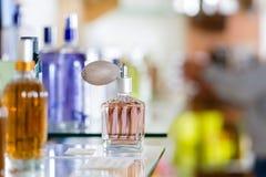 Perfume en droguería o departamento Imagen de archivo