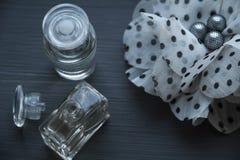 Perfume en el fondo negro de madera Foto de archivo libre de regalías