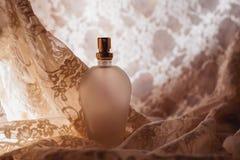 perfume en el satén rosado fotos de archivo libres de regalías