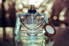 Perfume en fondo del oro Imagenes de archivo