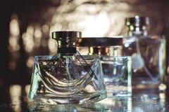 Perfume en fondo del oro Fotografía de archivo libre de regalías