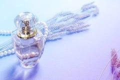 Perfume fêmea em uma garrafa de vidro, fragrância Imagens de Stock