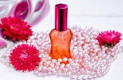Perfume floral em uma garrafa de vidro Fotografia de Stock Royalty Free