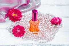 Perfume floral em uma garrafa de vidro Fotos de Stock Royalty Free