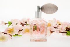 Perfume, frasco cor-de-rosa com flores de cereja Fotos de Stock