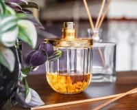 Perfume a garrafa e o incenso fotos de stock royalty free