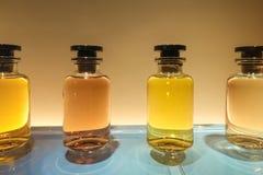 Perfume a garrafa na mostra fotografia de stock