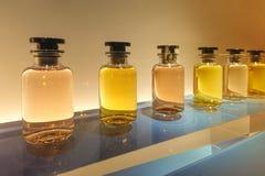 Perfume a garrafa na mostra imagens de stock royalty free