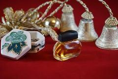 Perfume, guarda-joias e decoração foto de stock