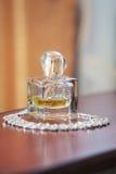 Perfume para las mujeres y la joyería Fotos de archivo libres de regalías