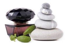 Perfume, pedras e folhas verdes Imagem de Stock Royalty Free