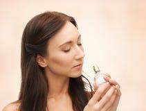 Perfume que huele de la mujer fotos de archivo