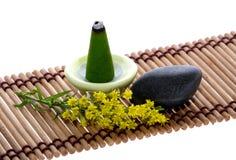 Perfume, seixo e flor na esteira imagens de stock royalty free