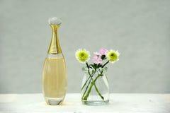 Perfume y flores imagen de archivo libre de regalías