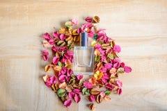 Perfume y flores secadas imagenes de archivo