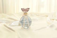 Perfume y perlas Imágenes de archivo libres de regalías