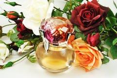 Perfume y rosas Foto de archivo libre de regalías