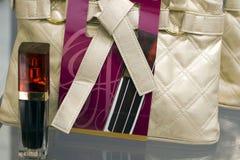 Perfume y un bolso en la promoción Imagen de archivo libre de regalías