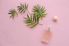 perfumería y concepto fresco del olor botella elegante de ingenio del perfume fotos de archivo libres de regalías