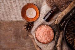 Perfumes de madeira para a aromaterapia do tempo de inverno Cones do pinho, velas, garrafas de óleo essencial, vista superior Os  imagens de stock