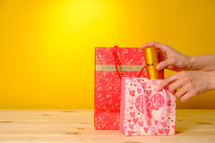 Perfumes e saco de compras fêmeas foto de stock