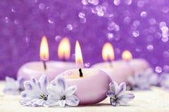 Perfumowi świeczki i hiacyntu kwiaty. Fotografia Stock