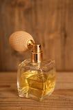 perfumy Szklana rocznika pachnidła butelka z drewnianym Obraz Royalty Free