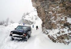 Perfuração através das cargas altas da neve fotos de stock