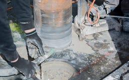 Perfuração de núcleo para a ventilação através de um teto da construção fotografia de stock