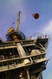 Perfuração mecânica do petróleo a pouca distância do mar Foto de Stock