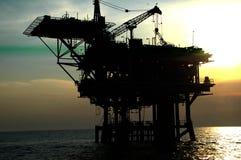 Perfuração mecânica do petróleo a pouca distância do mar Fotos de Stock