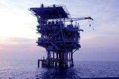 Perfuração mecânica do petróleo a pouca distância do mar Imagem de Stock