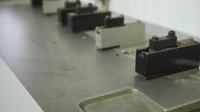 Perfurador de furo grande que trabalha com papel dentro da casa de impressão video estoque