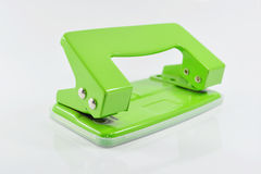 Perfurador de furo verde isolado no fundo branco Foto de Stock