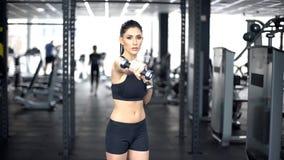 Perfuradores fazendo fêmeas novos com pesos, treinamento do poder do corpo, exercício do gym fotos de stock