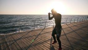 Perfuradores masculinos do treinamento do lutador do pugilista fora, exercício com oponente invisível Estilo de vida e energia sa filme