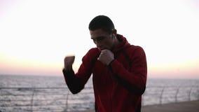 Perfuradores masculinos europeus do treinamento do lutador do pugilista fora, exercício com músculos estilo de vida saudável do c filme