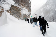 Perfurando através das cargas altas da neve, Restelica foto de stock