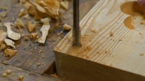 Perfurando um furo na madeira video estoque