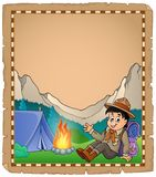 Pergament mit Pfadfinderjungen im Berg Lizenzfreie Stockbilder