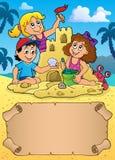 Pergaminho e crianças pequenos pelo castelo da areia ilustração do vetor
